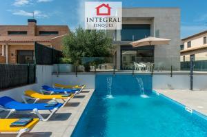 La cour de la maison est grande et dispose de plusieurs espaces pour profiter du plein air et du bon climat méditerranéen.