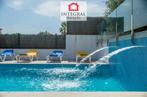 La piscine est grande et possède deux petites cascades qui créent une atmosphère relaxante.