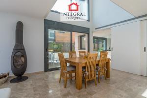 La table à manger est bien reliée à la cuisine et est située à côté de la cheminée en fer et d'une fenêtre lumineuse.