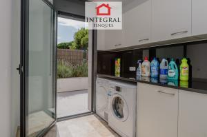 De la cuisine, vous pouvez accéder à une petite pièce où vous trouverez la buanderie avec tous les produits de nettoyage, outils et appareils.