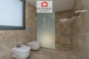 La salle de bain de la suite parentale dispose d'une très grande douche à l'italienne qui facilite l'accès des personnes handicapées.