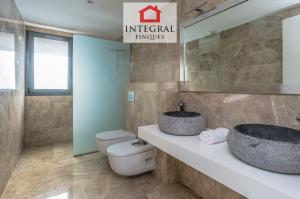 Salle de bain commune à l'étage avec douche à l'italienne et deux toilettes.