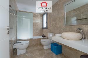Salle de bain commune à l'étage avec baignoire et WC. Idéal pour des vacances en famille avec de jeunes enfants.