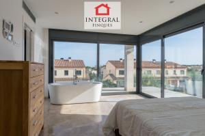 De la suite principale, il y a accès à une grande terrasse. Comme vous pouvez le voir sur l'image, il dispose de deux grandes fenêtres qui permettent une vue panoramique.