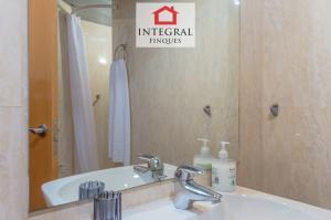 Salle de bain entièrement équipée avec douche. Il est situé dans le couloir.