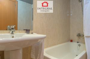 Salle de bain de la suite principale, entièrement équipée avec baignoire.