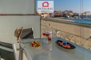Le balcon est une autre grande attraction de cet appartement en bord de mer.