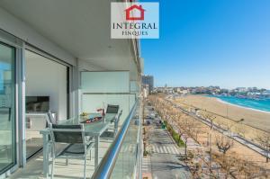 L'appartement est situé en bord de mer, juste en face de la plage.