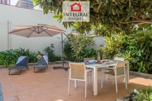 El alojamiento cuenta con un gran patio lleno de plantas para aportar un toque de naturaleza. Además dispone de una mesa con cuatro sillas y dos tumbonas para disfrutar del sol o de una buena siesta bajo la sombrilla.