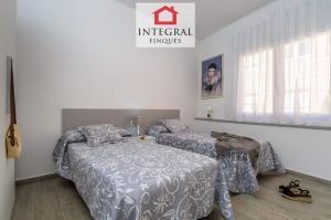 El alojamiento dispone de otra habitación doble con dos camas individuales.