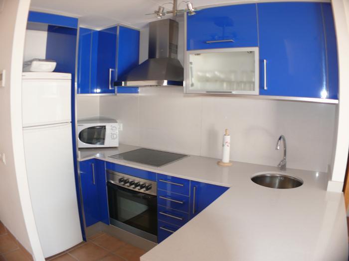 Amplia casa de nueva construcción con tres plantas y parking situada en el centro de Cadaqués