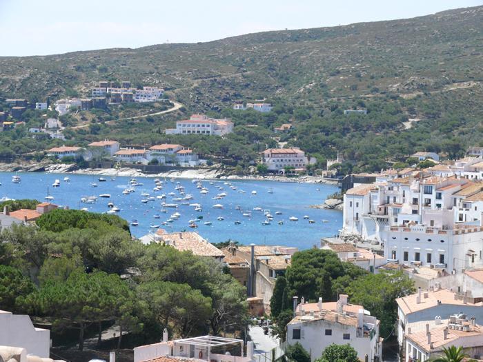 Apartamento con dos habitaciones y vistas al mar situado en una zona tranquila de Cadaqués