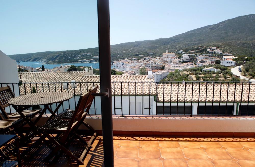 Apartamento de dos habitaciones con vistas al mar, situado en una area tranquila de Cadaqués