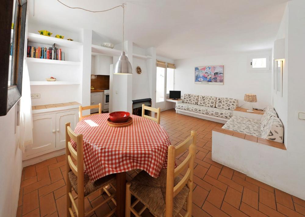 101.132 D'Es Puig Apartamento con dos habitaciones situado en una zona tranquila a 100 metros de la playa del Es Poal i a 5 minuts del centre del poble. Apartment Es Poal Cadaqués