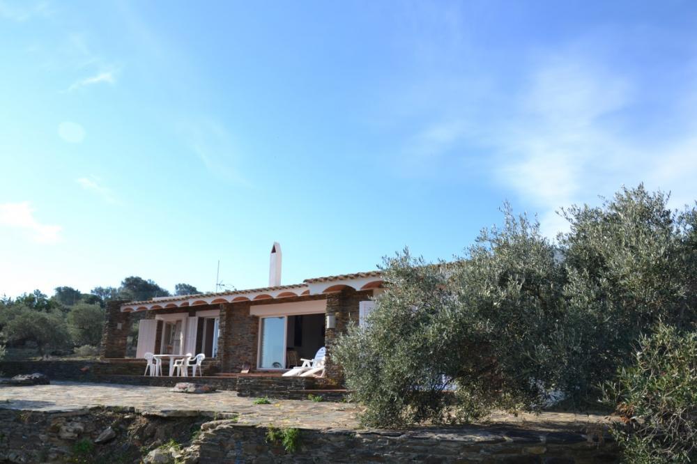 Casa de cuatro habitaciones con amplia parcela y vistas a mar y a la isla de Port-Lligat
