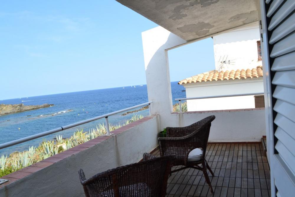 Moderna casa de tres plantas en primera línea de mar