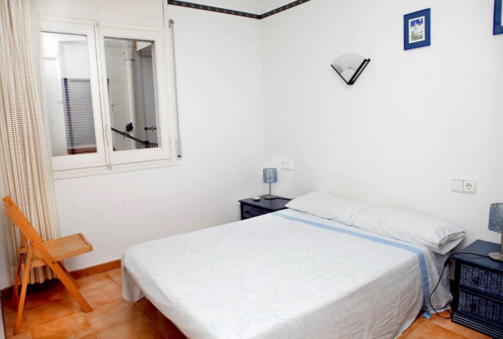 Apartamento de 4 habitaciones y dos baños situado en el centro del pueblo.