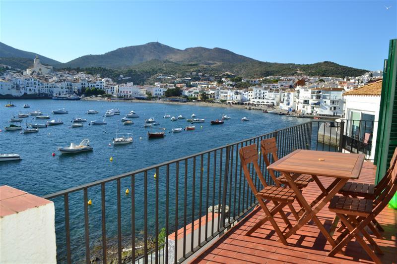 Apartamento con dos dormitorios con terraza y vistas al mar.