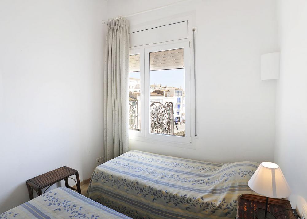 Apartamento con tres dormitorios y terraza delante de la playa de Es Poal