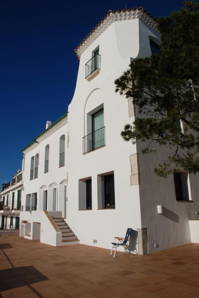 101.69 Av. Victor Rahola Apartamento de dos dormitorios con piscina, jardín y gran terraza con vistas al mar y al pueblo de Cadaqués Apartamento Es Colom Cadaqués