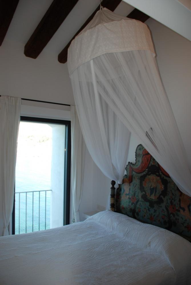 Apartamento de cuatro dormitorios con piscina, jardín y vistas al mar y al pueblo de Cadaqués