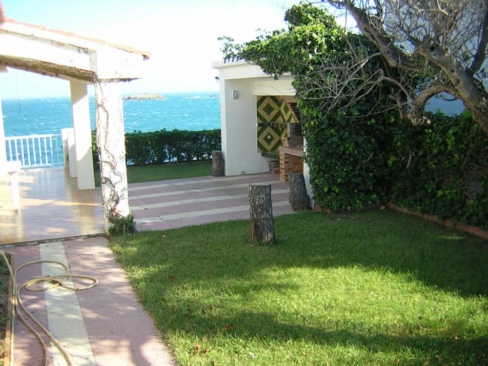 Casa con jardín y cuatro dormitorios en Caials delante del mar