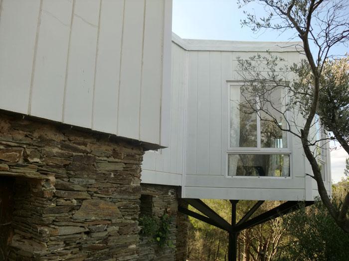 Casa con tres dormitorios con vistas panorámicas al pueblo y al mar.