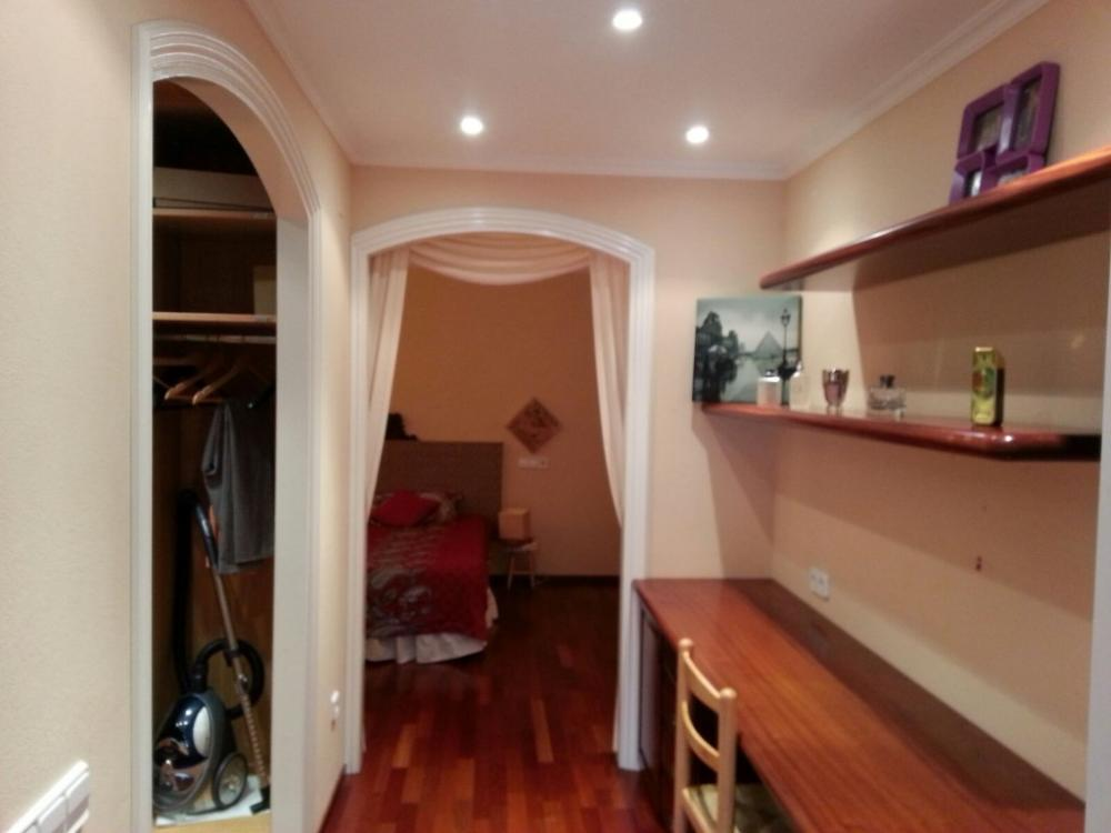 Casa adosada, dividida en varios apartamentos.