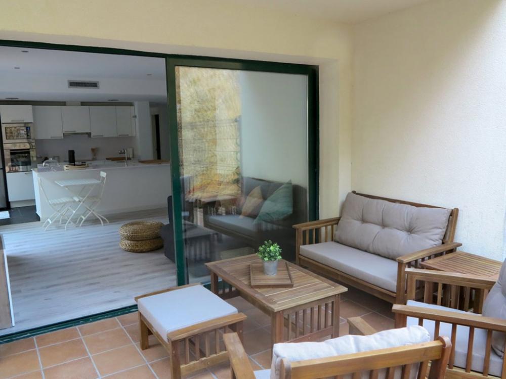 Apartamento de obra nueva con dos habitaciones y gran terraza en la entrada del pueblo.