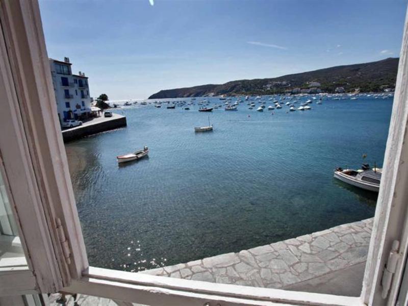 Apartamento situado en un edificio modernista a primera línea de mar, delante de la Playa d'Es Poal.