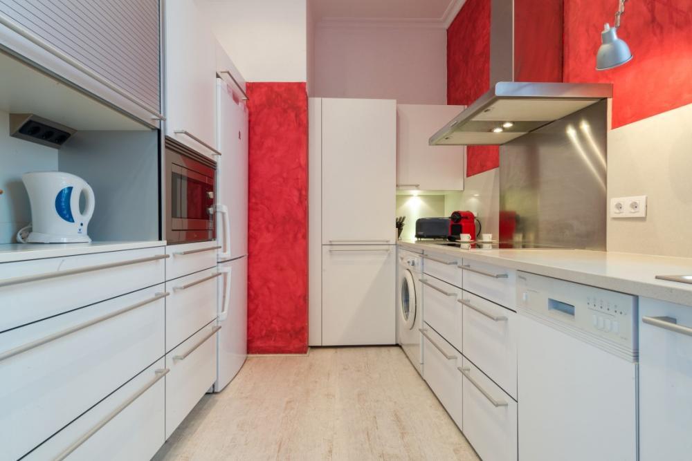 ES POAL 1ª LINEA Apartamento situado en un edificio modernista a primera línea de mar, delante de la Playa d'Es Poal. Apartamento Es Poal Cadaqués