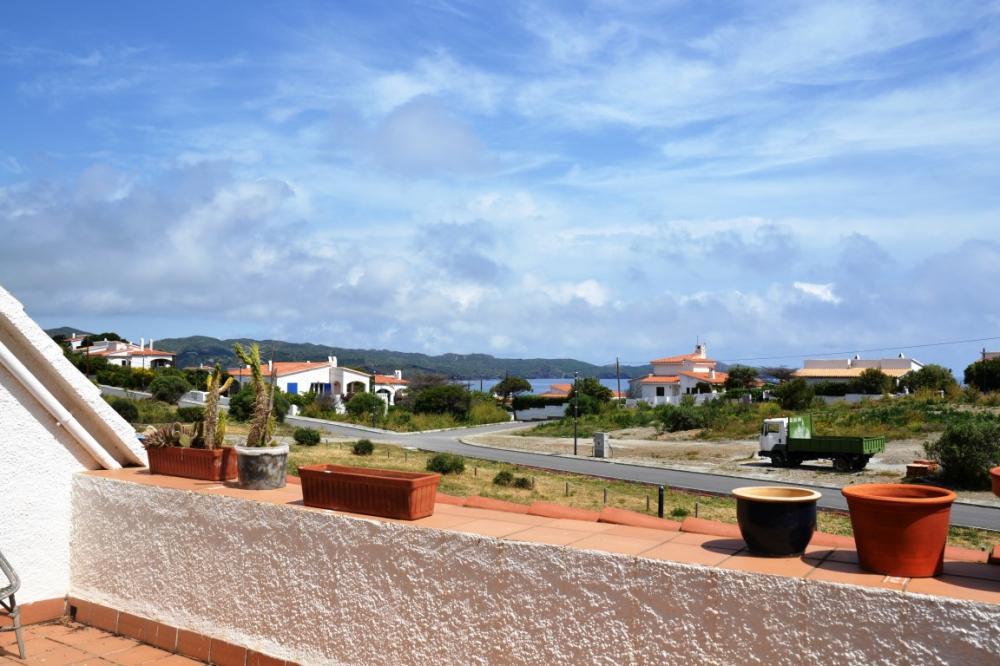 Apartamento situado en la zona de los Caials, a 2 km del centro del pueblo.