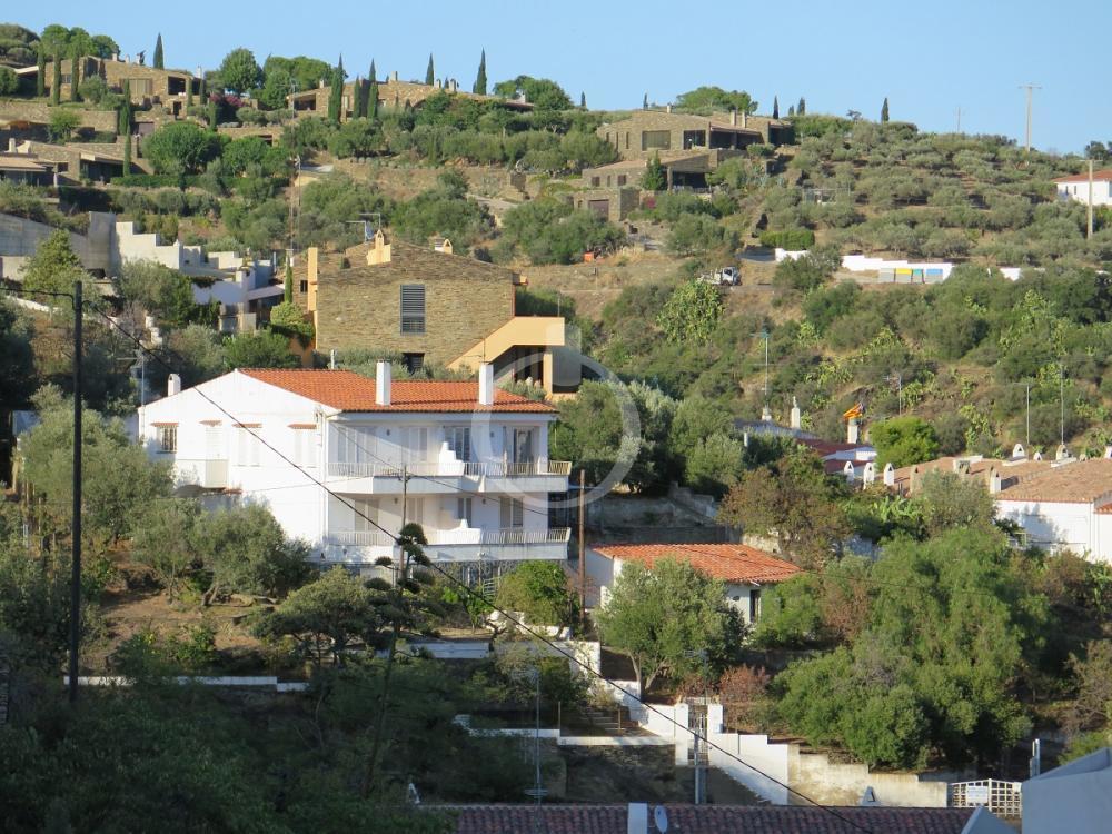 EP-19010 Casa assolellada amb ampli jardi i vistes al poble Casa adossada  Cadaqués