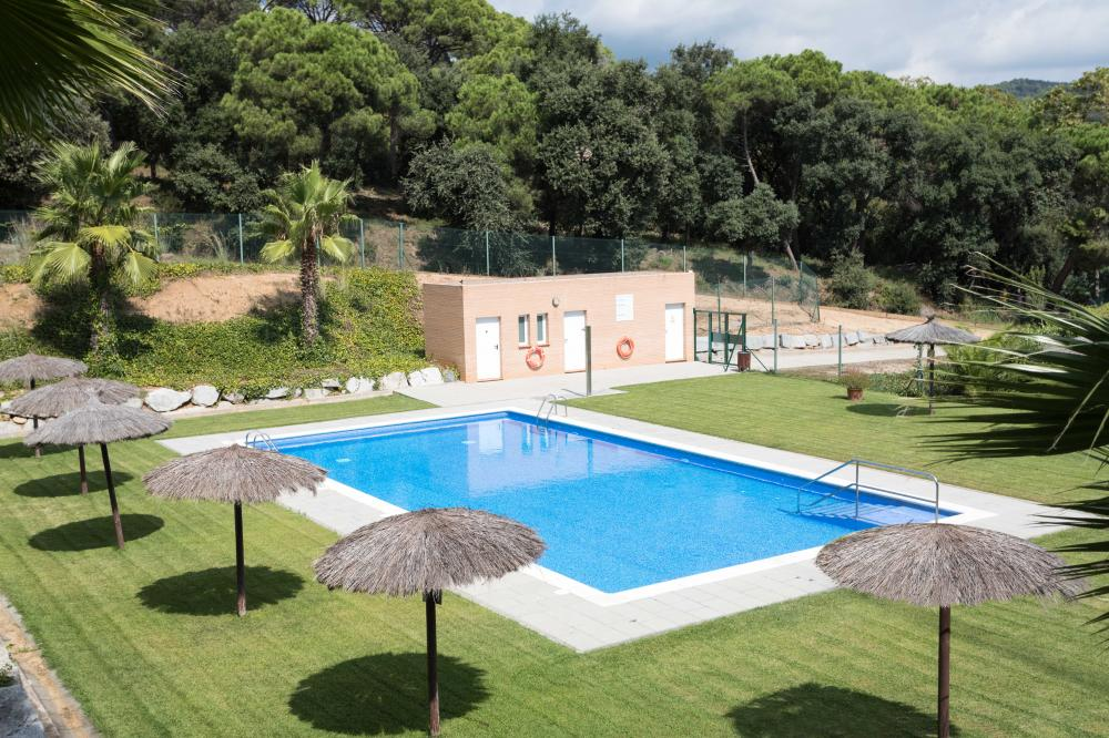 Costa Maresme Vacances local and family tourist rental company. Community area with shared pool. Private garden with pool, chill-out, porch, and outdoor dining area, basketball basket, and outdoor soccer goals. Paddle tennis facilities nearby. Games room with table football, puzzles, and drawing area. Bicycles available on the property. Water activities, kayaking, surfing, windsurfing, jet skis, sailboats, paddle surfing, snorkeling, scuba diving, and dives in the Mediterranean Sea. Climbing, excursions, trekking, cycling, free bicycles included in the reserve, nature, roads, trails, culture, architecture, charming town, villages, Can Jalpi park, swings, slide, children's games. 088-IF TARRACO Semi-detached house El Maresme Arenys de Munt Can Jalpí Park Arenys de Munt Arenys de Mar Maresme Barcelona Tourist rental Rent private house Holiday home for rent Getaway to the coast Getaway to the beach Getaway to the mountains Tourism in Catalonia Private pool Private garden chill-out covered terrace House 4 bedrooms and 3 bathrooms. Double room with private bathroom Indoor and outdoor dining, living room, games room shared pool Furniture interior design