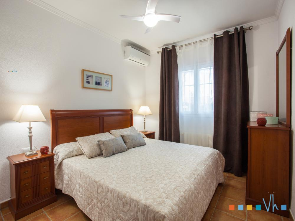 Villa para alquilar en Calpe, habitación con cama doble
