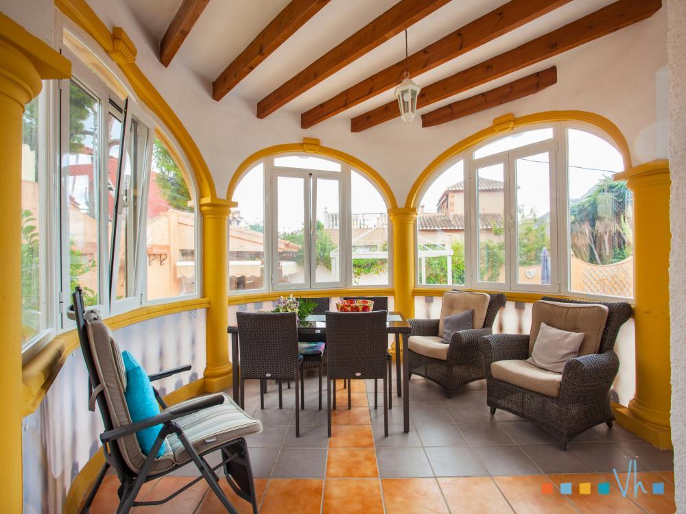 Villa para alquilar en Calpe, naya acristalada con mesa de comedor