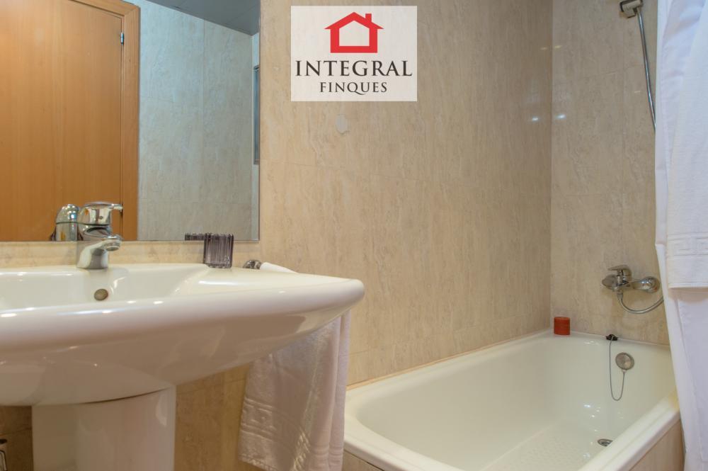 Baño de la suite principal, completamente equipado con bañera.