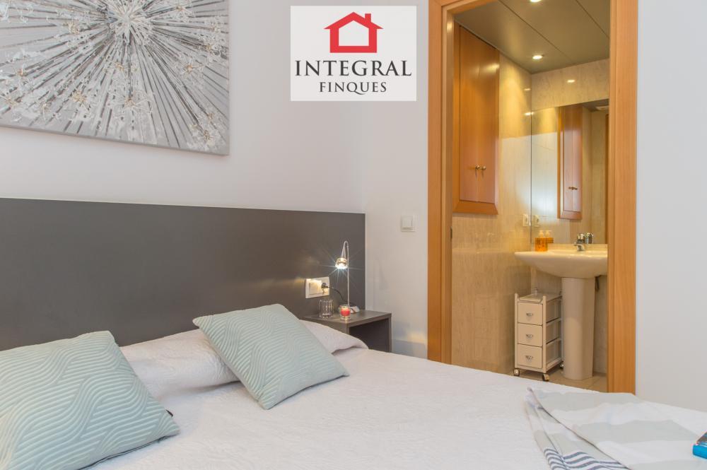 La inmobiliaria proporciona sábanas, trapos de cocina y dos juegos de toallas por persona para el baño.