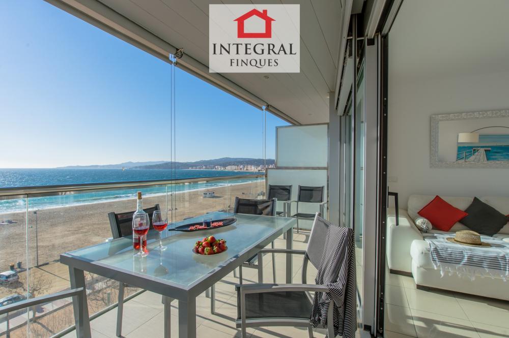 Cuenta con una mesa de exterior y seis sillas para disfrutar de una excelente comida justo enfrente del mar.