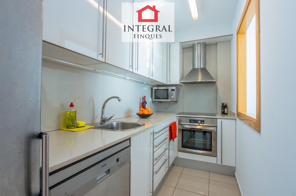 La cocina está totalmente equipada y contiene todo lo necesario para un estancia tan larga como se desee.