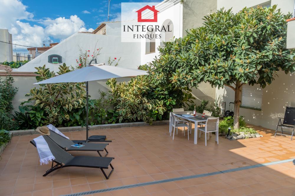 El patio es muy espacioso y perfecto para disfrutar de unas vacaciones en familia con niños pequeños.