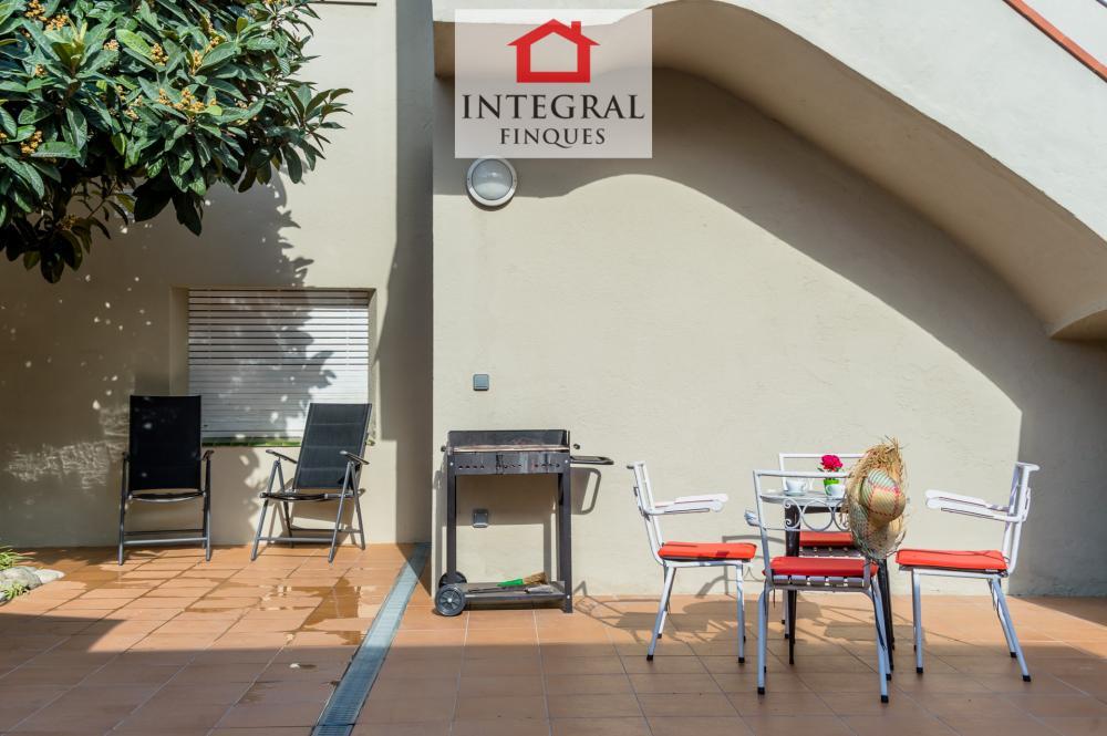 El alojamiento cuenta con barbacoa y otra mesa con cuatro sillas ideal para tomar el café.  Además cuenta con dos sillas más.