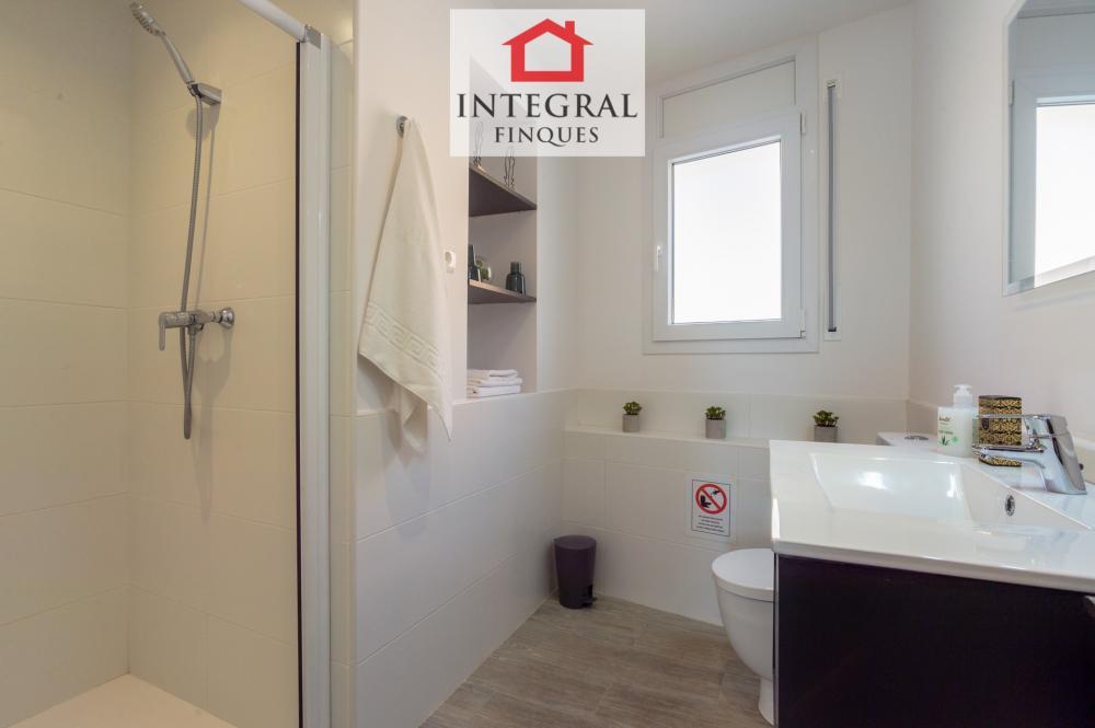 Baño completo con ducha muy moderno y amplio.