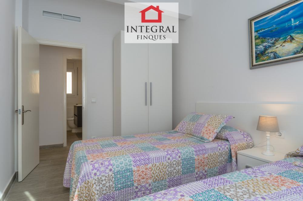 Habitación doble con dos camas individuales con un baño justo en frente.
